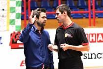 Basketbalový rozhodčí Štěpán Pokorný (vpravo).