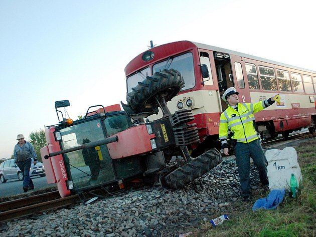 Nehoda traktoru a vlaku na trati Čáslav místní nádraží - Skovice. 20.9.2012