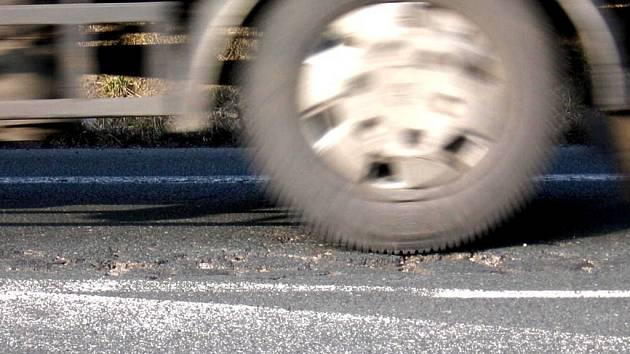 Díry na vozovce vznikají ponejvíce v místech, kde se silnice stáčí a váha projíždějících automobilů se v důsledku toho přenáší na jednu stranu vozidla.