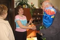Delegace ČSSD předala zaměstnankyním Městského úřadu v Kutné Hoře růže při příležitosti MDŽ.