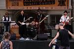 Hudební produkce kapely Vesper před promítáním kinematografu bratří Čadíků na Palackého náměstí v Kutné Hoře.