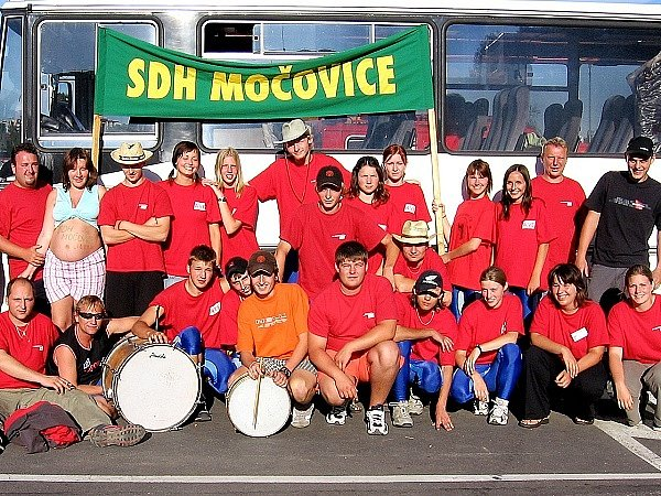 Mládežnická družstva Sboru dobrovolných hasičů Močovice s fanoušky.