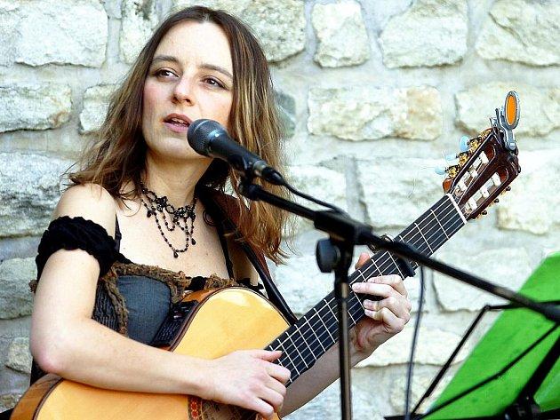 Lucie Nosová zazpívala v parku U Tří pávů v centru Kutné Hory.