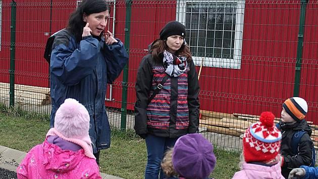 Romana Valentová (vlevo) při návštěvě školy v psím útulku.