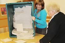 V kutnohorské hale Bios vysypala volební komise v 14:05 z urny 487 obálek.