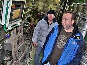 Ředitel Kácovského pivovaru David Hořejší (v popředí) a sládek Dušan Krankus
