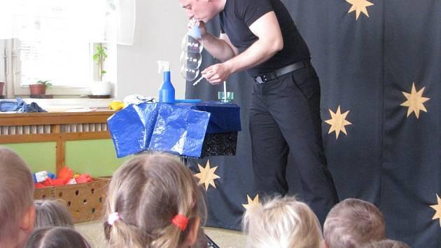 Iluzionista Robert okouzlil děti v Mateřské škole v Benešově II v Kutné Hoře.