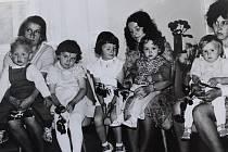 Slavnostní vítání občánků v Červených Janovicích 2. července 1977.