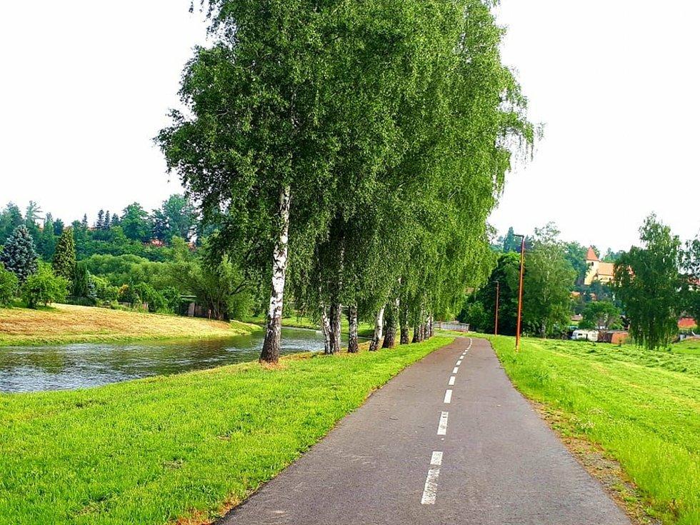 Nová cyklostezka ve Zruči nad Sázavou, která vede podél řeky Sázavy.
