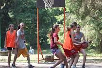 Na táboře Olympie si děti zahrály i basketbal.