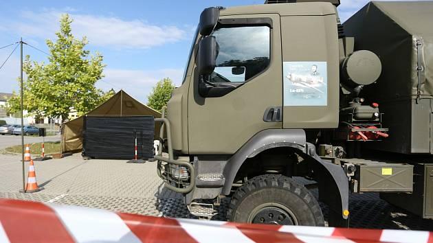Z přípravy volebního drive-in stanoviště před plaveckým stadionem v Kutné Hoře.