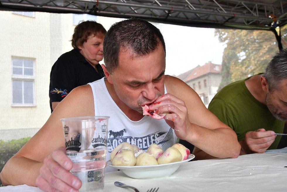 Kácovský jarmark hostil i soutěž v pojídání švestkových knedlíků. Vítězem se stal Jaroslav Němec.
