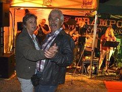 Poslední srpnový pátek u rozhledny Bohdanka zahrála k tanci a poslechu kapela Trampoty z Červených Peček.