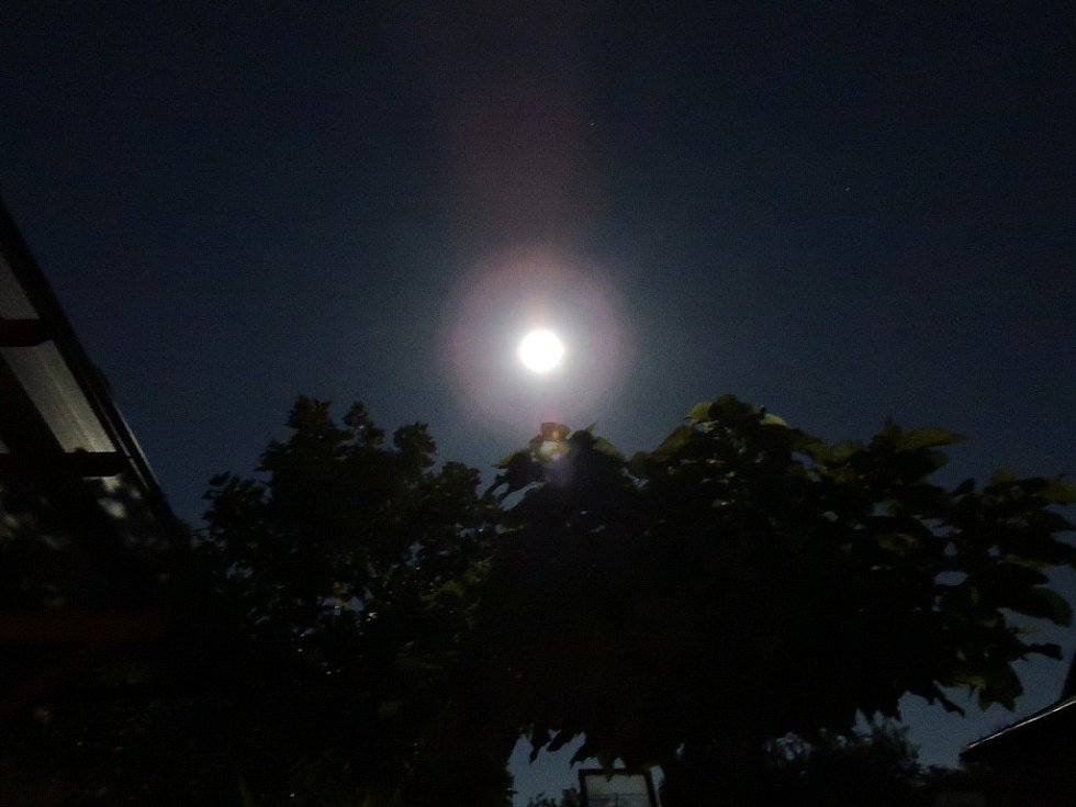 Úplné zatmění Měsíce, pozorováno v Čáslavi v Jetelové ulici.