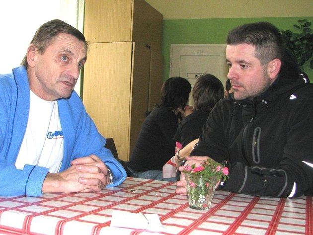 Především jako varování všem cyklistům, kteří podceňují potřebu ochranné přilby, vnímá Svatopluk Fořt z Kutné Hory (vlevo) svou nedělní nehodu. Při pracovní projížďce s kolegou organizátorem Josefem Strakou (vpravo) absolvoval pád z kola.