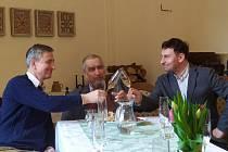 Kníže Karel Schwarzenberg koupil podíl ve vinařství v Kutné Hoře. Na snímku s generálním ředitelem Vinných sklepů Kutná Hora Lukášem Rudolfským (vpravo) a jeho otcem Stanislavem Rudolfským.