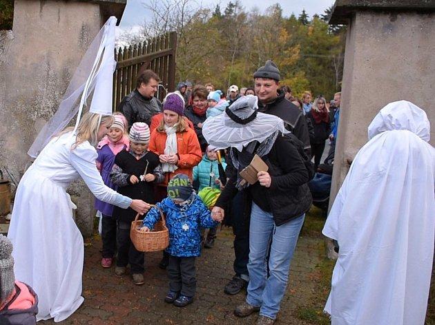 Pochod za dušičkou mířil na hřbitov, kde čekala strašidla.