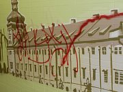 Vandal posprejoval výzdobu na hlavním vlakovém nádraží v Kutné Hoře