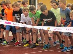 Olympijský běh v podání žáků prvního stupně Masarykovy základní školy v rámci Městských her 8. olympiády dětí a mládeže v Kutné Hoře.