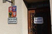 Volební místnost v Dobrovítově na Kutnohorsku.