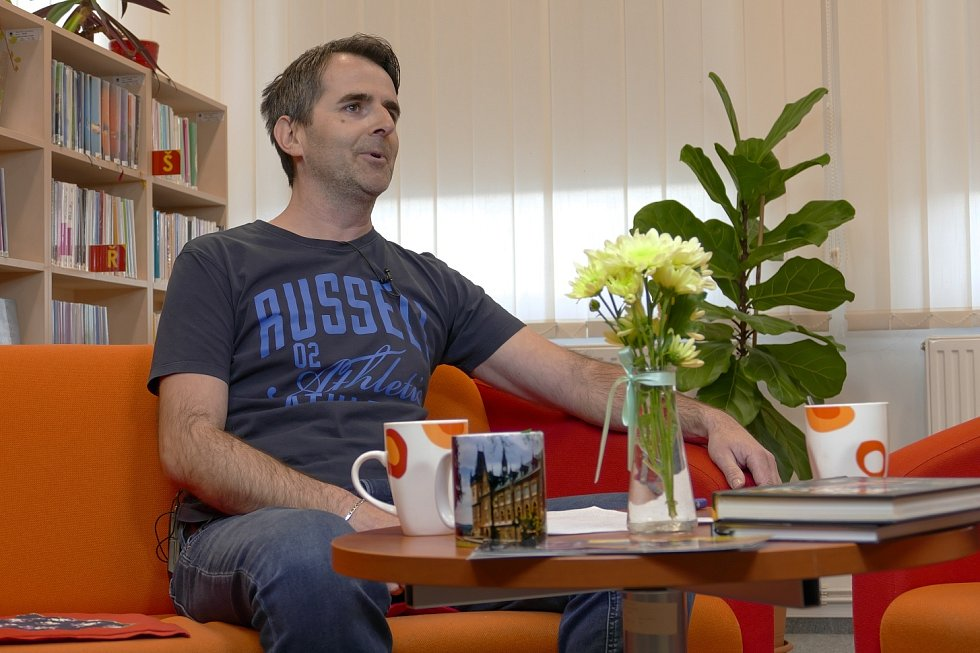 Z besedy s freestylovým motokrosovým šampionem Liborem Podmolem v rámci cyklu Křeslo pro hosta ve Zruči nad Sázavou. Na snímku moderátor Josef Förster.