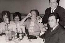 Zábava na plese Sdružení rodičů a přátel školy ve Žlebech v roce 1972.