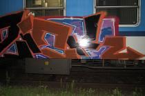 Vandal posprejoval stojící vlakovou soupravu v Čáslavi