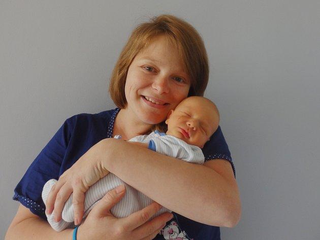 Matyáš Mukařovský se narodil 18. května v Čáslavi. Vážil 3020 gramů a měřil 50 centimetrů. Doma v Kutné Hoře ho přivítali maminka Denisa, tatínek Filip a bratr Mikuláš.
