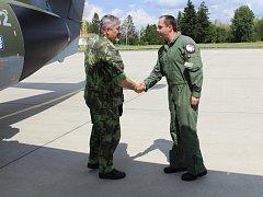 Na 21. základně taktického letectva v Čáslavi přivítal generálporučíka Aleše Opatu velitel, plukovník Petr Tománek.