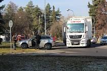 Dopravní nehoda na kruhovém objezdu u kláštera řádu svaté Voršily v Kutné Hoře.