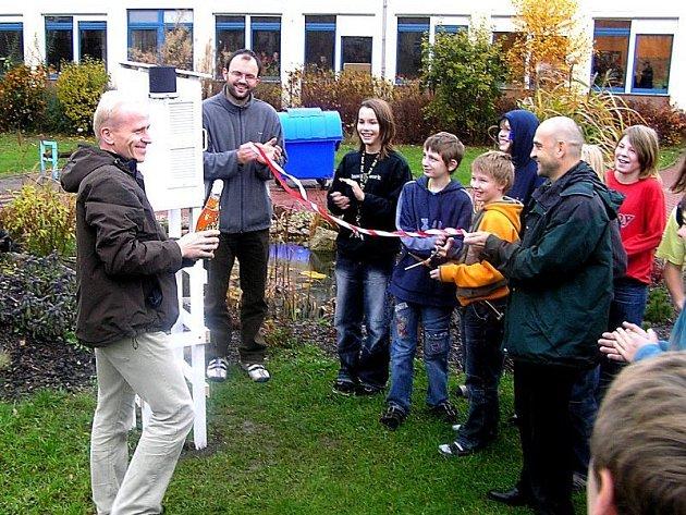 Profesor zeměpisu Viktor Heřmánek na zahradě GJO včera pokřtil meteorologickou stanici Slávinka