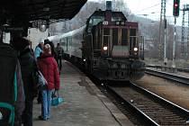 Vlak přitáhla zpět lokomotiva.