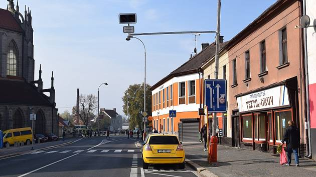 Výjezd požárních vozidel. Světelný semafor ve Vítězné ulici v Kutné Hoře.