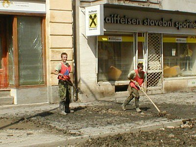 Vojáci odklízeli bahno v Karlíně.