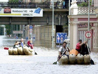 Evakuace obyvatel v Karlíně.