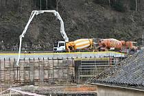 Kácov už nemá betonový most. Řidiči jezdí po jednadvacetikilometrové objížďce.