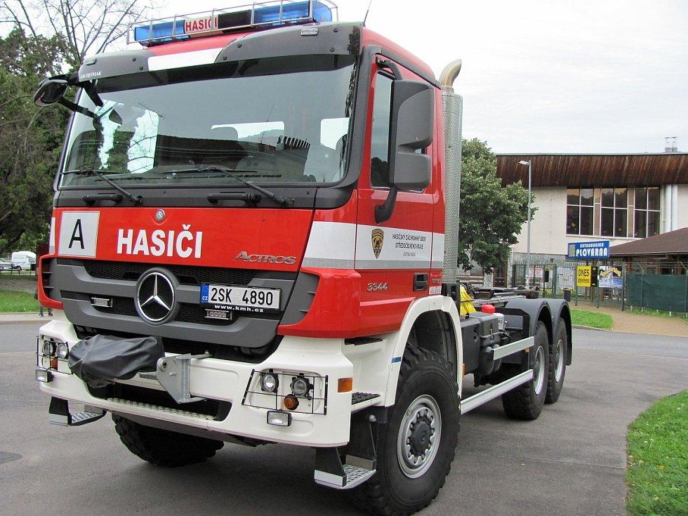 Zásah hasičů z důvodu úniku čpavkové vody do systému ústředního vytápění v plaveckém stadionu v Kutné Hoře.