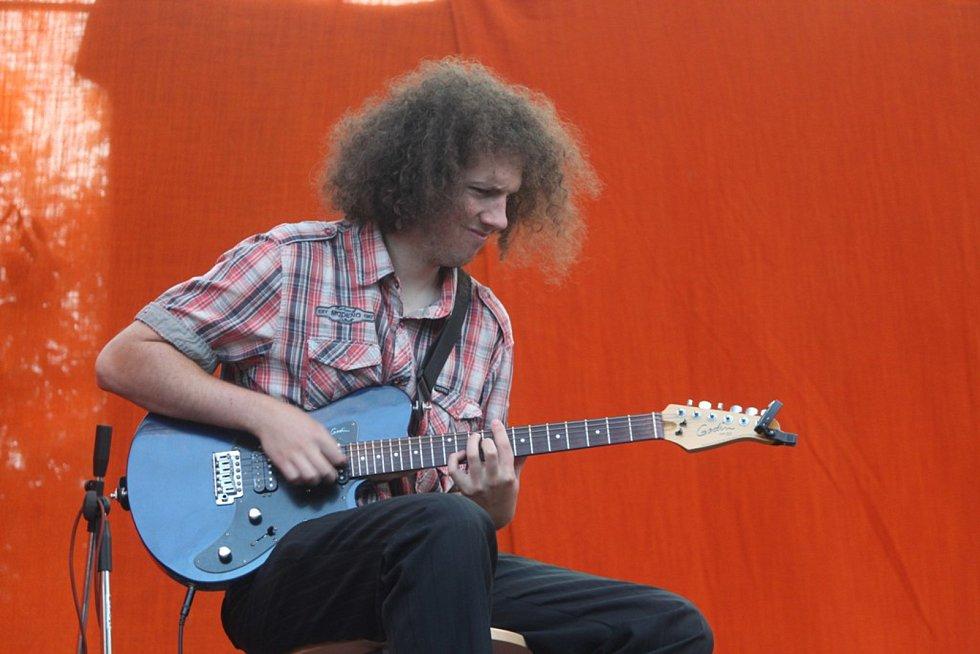Na Tyjátrfestu vystoupilo hudební duo Flaškinet i zpěvák Pavel Callta.