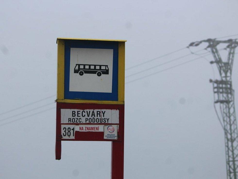 Autobusová zastávka Bečváry, rozcestí Poďousy.