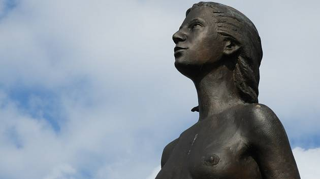 Bronzová socha Zvěstování Panny Marie v Bohdanči.