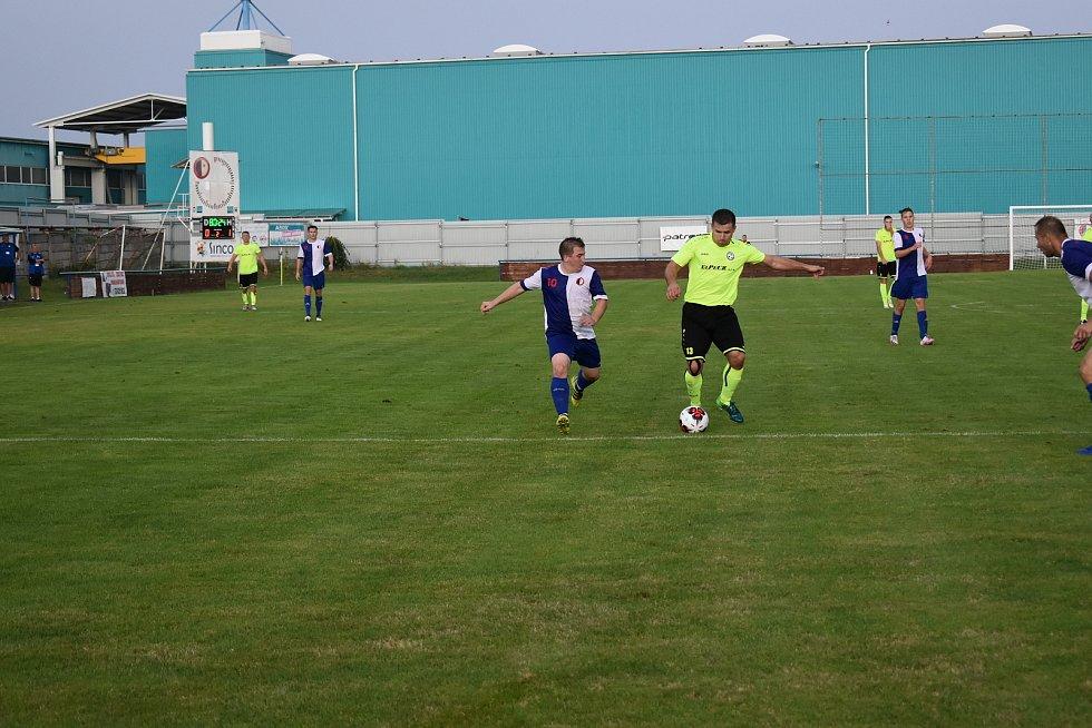 Pšovka Mělník (v modrobílém) - Hlízov 0:2. Zápas I. A třída, skupiny 22. srpna 2020.