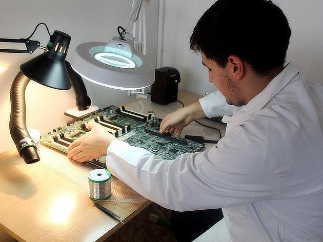 SOŠ a SOU řemesel v Kutné Hoře má novou laboratoř pro výuku mikroelektroniky.