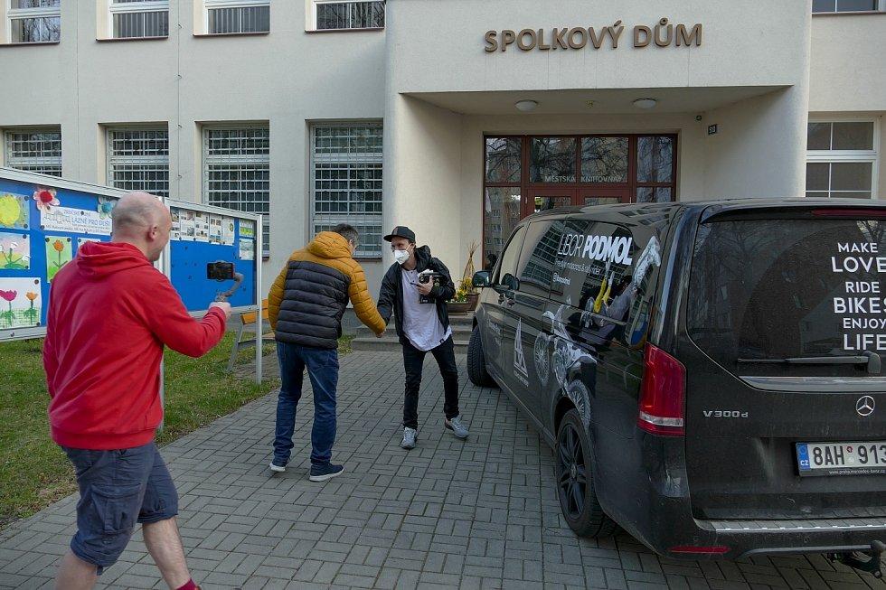 Z příjezdu freestylového motokrosového šampiona Libora Podmola na besedu v rámci cyklu Křeslo pro hosta ve Zruči nad Sázavou.