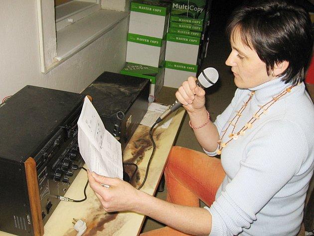 Relace v městském rozhlase ve Zruči nad Sázavou má na starosti Ludmila Vlková, vedoucí kanceláře starosty města.