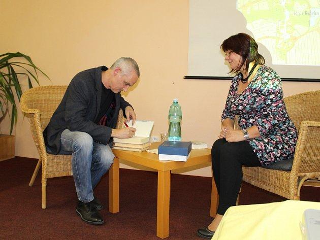 Jiří Hájíček předčítal v čáslavské knihovně ze svého románu Rybí krev