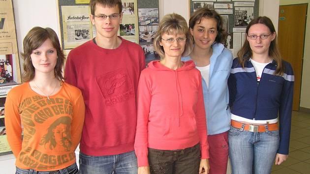Na snímku zleva: Božena Zelinková, Andrej Janiš, Jana Budajová (učitelka němčiny), Jana Matoušková a Markéta Klvaňová.