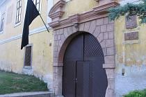 Vyvěšená černá vlajka u vchodu do Základní školy v Nových Dvorech.