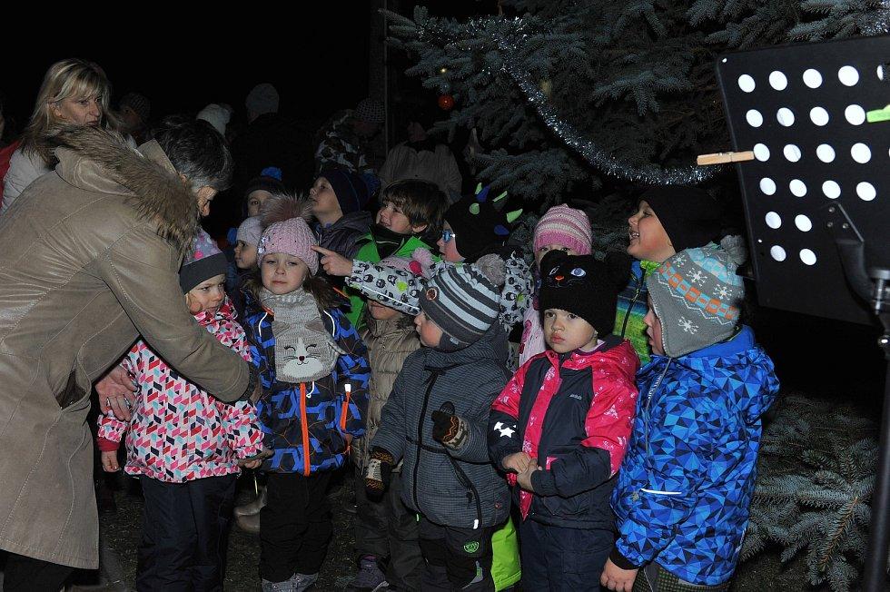 Také v Ratajích nad Sázavou svítí vánoční strom.