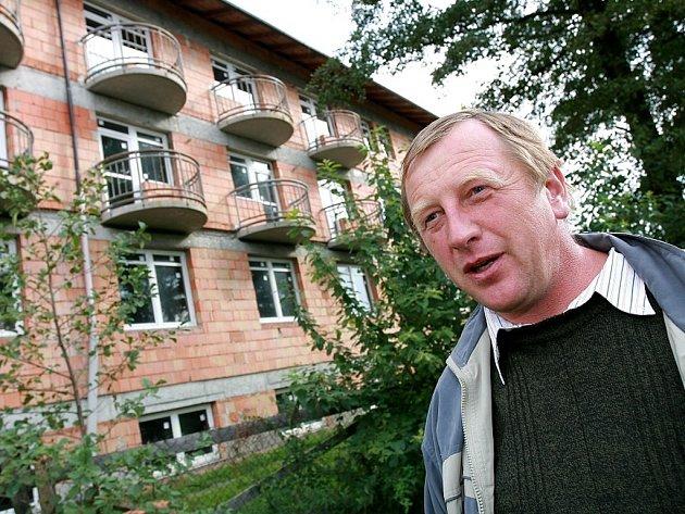 Josef Petrásek při prohlídce rozestavěného objektu domova důchodců v Uhlířských Janovicích.