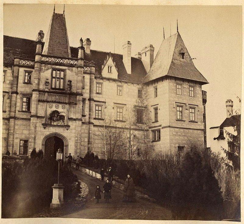 Západní průčelí zámku Žleby. Konec 19. století.